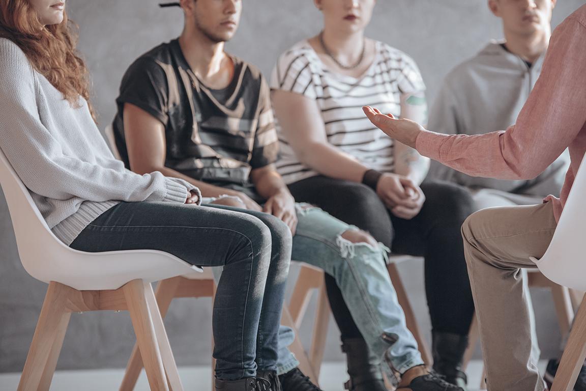 Schmuckbild: Mehrere Personen sitzen in einem Gesprächskreis